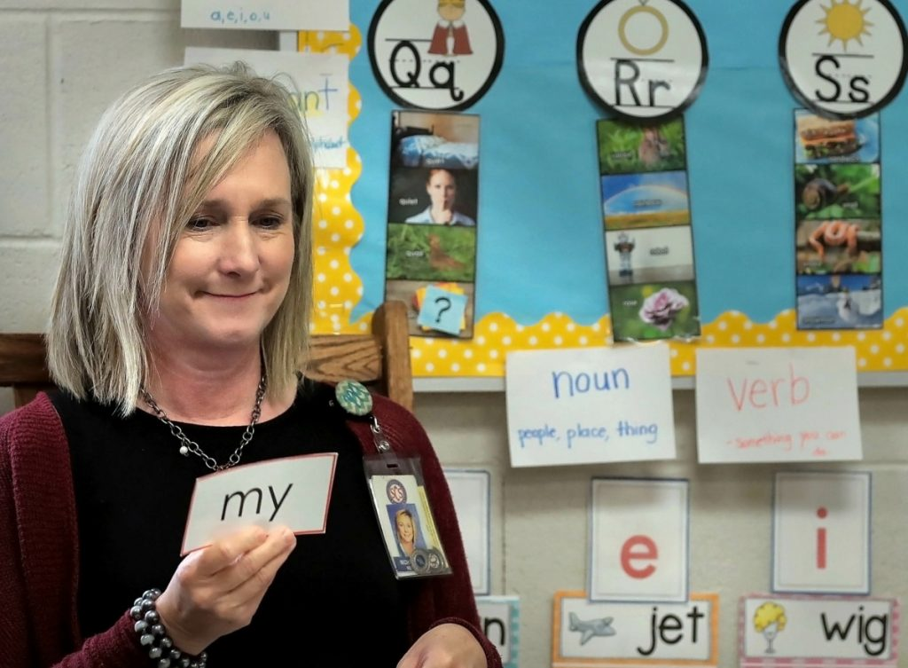 Michelle Biggs teaches reading during kindergarten class at Keystone Elementary School. (Jim Weber/Daily Memphian)